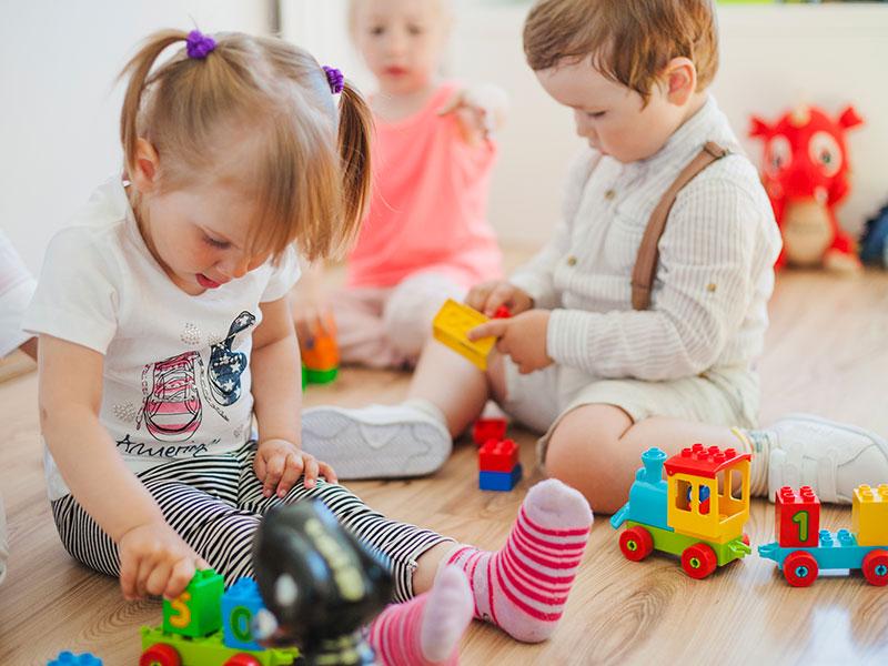 Bambini che giocano alla scuola dell'infanzia paritaria di Torre di Mosto
