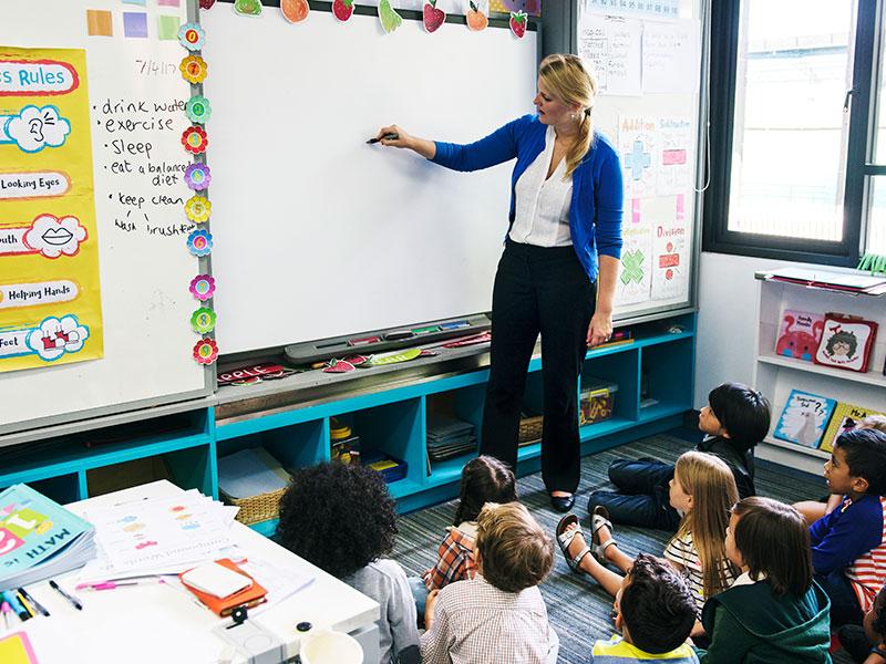 maestra che insegna alla scuola d'infanzia